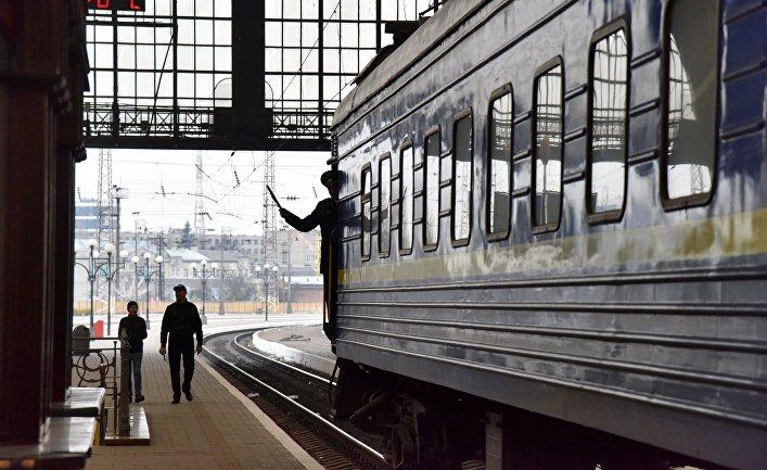 Поезд «Львов— Москва» нажелезнодорожном вокзале воЛьвове