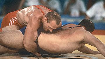 Российский спортсмен Александр Карелин во второй раз стал олимпийским чемпионом по греко-римской борьбе (вес свыше 130 кг) на XXV летних Олимпийских играх в Барселоне