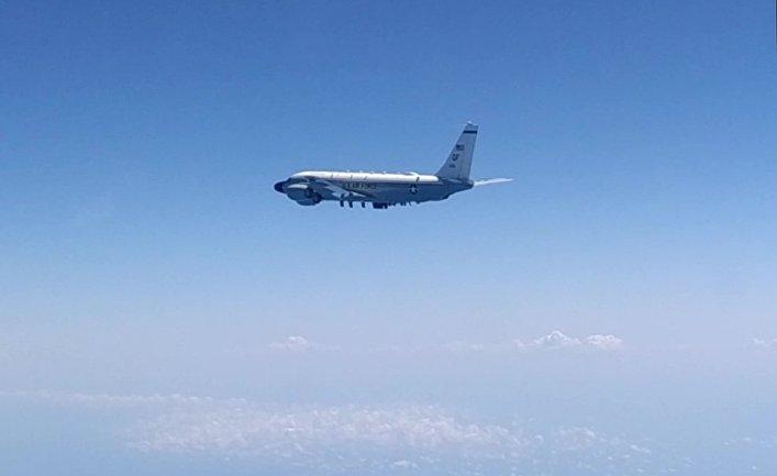 Самолет-разведчик США RC-135, перехваченный российским Су-27 над Черным морем