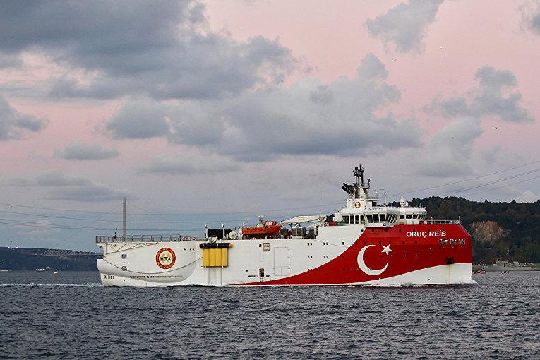 Турецкое геологоразведочное судно Oruç Reis в проливе Босфор