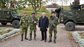 Министр обороны Швеции Петер Хультквист во время визита в воинскую часть в Карлсборге, Швеция