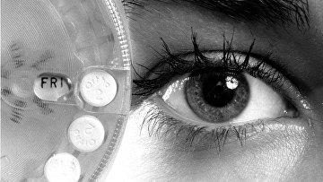 Женщина рассматривает упаковку противозачаточных таблеток «Эновид»