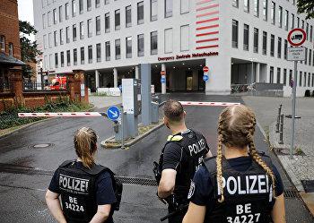 Немецкие полицейские перед входом в берлинскую больницу Charite