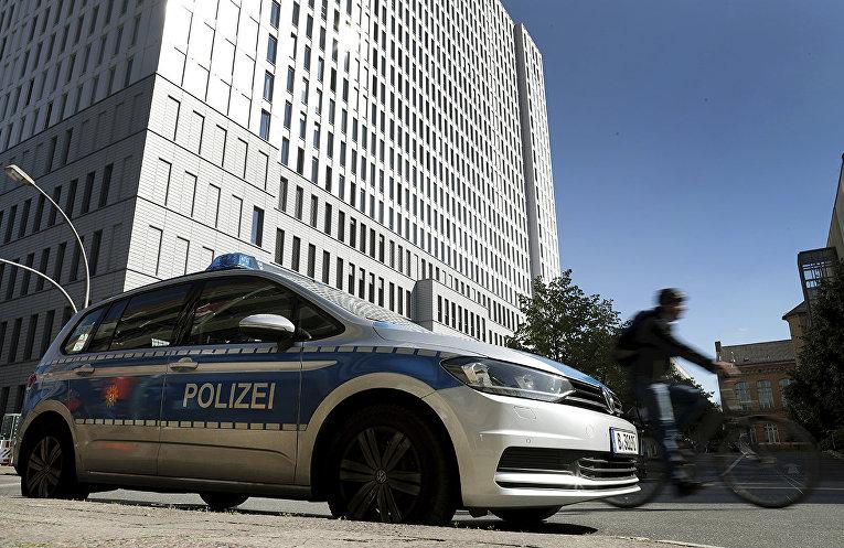 Полицейский автомобиль у больничного комплекса Шарите в Берлине