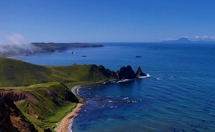 Мыс Васин (в центре) острова Уруп (остров южной группы Большой гряды Курильских островов)