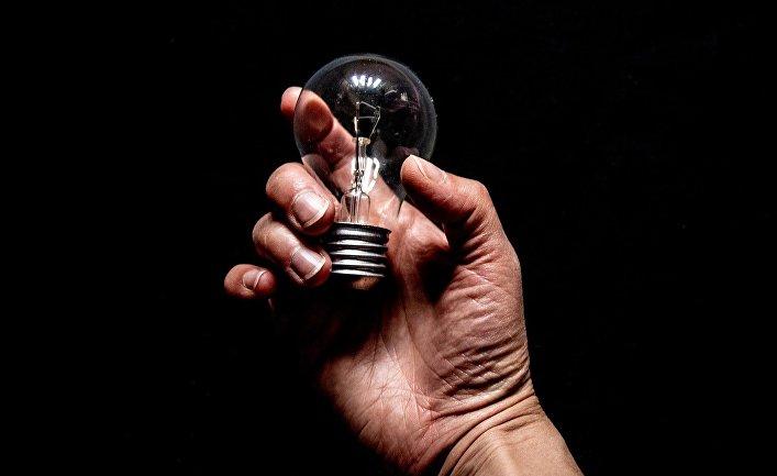 Лампа накаливания в руке