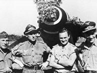 Гюнтер Ралль (второй слева) после своей 200-й воздушной победы. Второй справа — Вальтер Крупински
