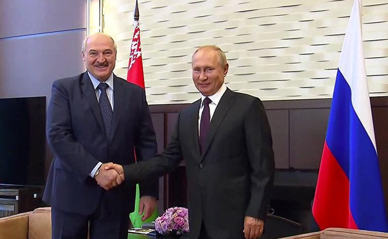 Президент РФ Владимир Путин и президент Белоруссии Александр Лукашенко (слева) во время встречи