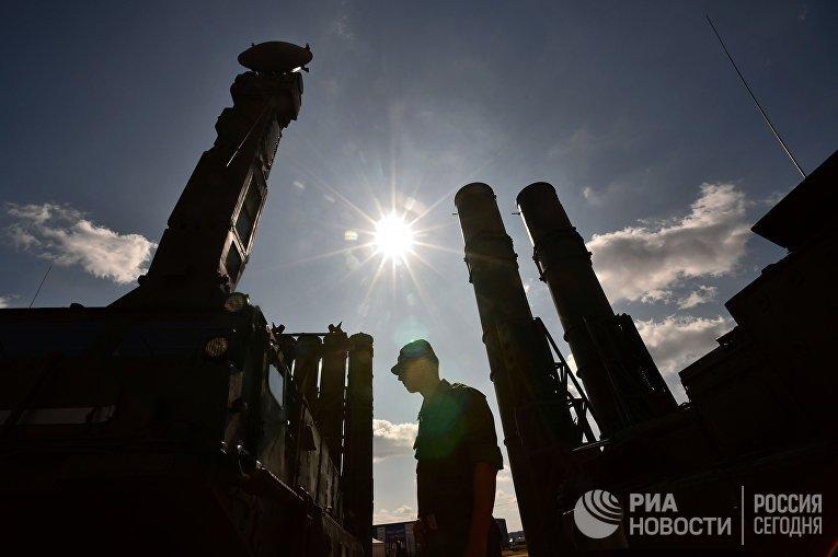 Военнослужащий у зенитно-ракетной системы С-300 во время подготовки к международному форуму «Технологии в машиностроении-2014» в подмосковном Жуковском