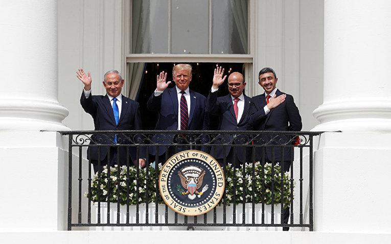 Премьер-министр Израиля Биньямин Нетаньяху, президент США Дональд Трамп, министр иностранных дел Бахрейна Абдуллатиф Аль-Заяни и министр иностранных дел Объединенных Арабских эмиратов Абдулла бен Заид
