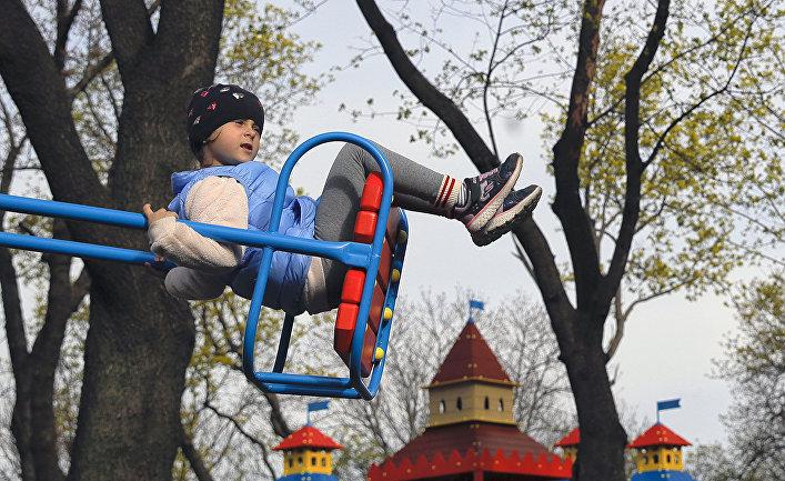 Девочка на детской площадке в Киеве
