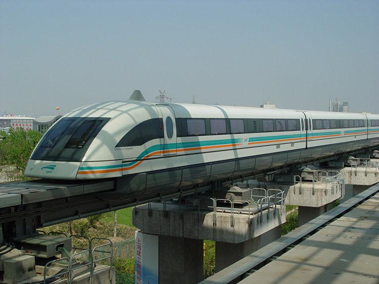 Шанхайский поезд на магнитной подушке соединяющий аэропорт с городом