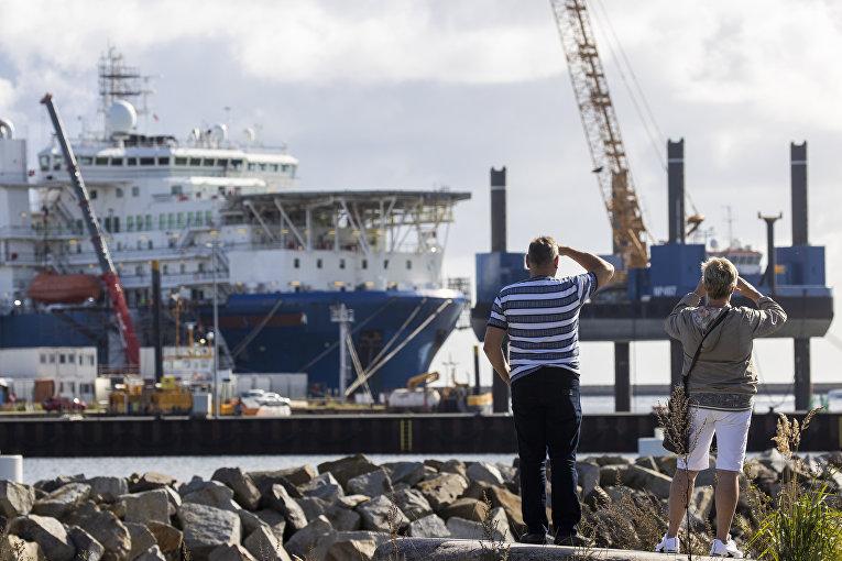 7сентября 2020. Люди разглядывают российское судно «Академик Черский» впорту неподалеку отЗасница, Германия