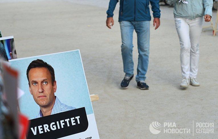 """Портрет российского оппозиционере Алексея Навального у здания клиники """"Шарите"""" в Берлине, Германия"""