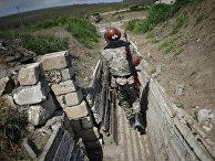 Армянский солдат в окопе в Нагорном Карабахе