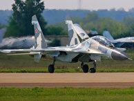 Истребитеель Су-30 МК на взлетной полосе