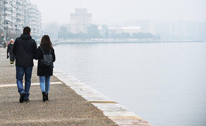 Отдыхающие прогуливаются по набережной