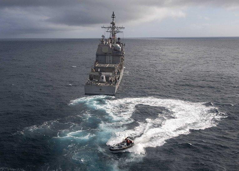 Моряки снорвежского фрегата «Тур Хейердал» напути камериканскому крейсеру вовремя совместных учений