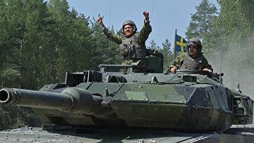 Танкисты на танке Stridsvagn 122, Швеция