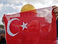Мусульманин c турецким флагом в Иерусалиме