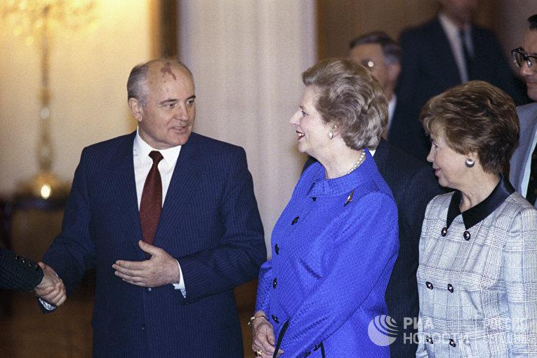 Президент СССР Михаил Сергеевич Горбачев и премьер-министр Великобритании Маргарет Тэтчер на приеме в Кремле