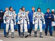 """Члены экипажа МКС-63 астронавт НАСА Кристофер Кэссиди, космонавты Роскосмоса Анатолий Иванишин и Иван Вагнер (слева направо) перед запуском пилотируемого корабля """"Союз МС-16"""""""