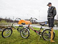 Офицер норвежской полиции осматривает велосипеды, которыми воспользовались желающие пересечь российско-норвежскую границу в Стурскуге