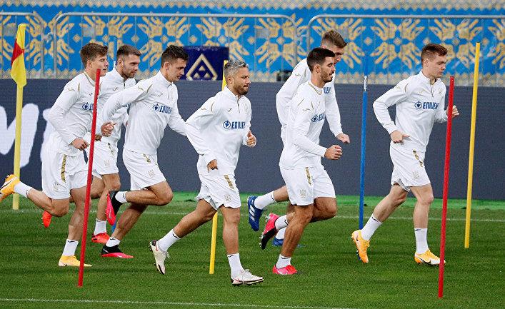 Сборная Украины по футболу во время тренировки в Киеве