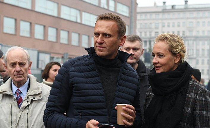 Алексей Навальный с супругой Юлией на согласованном митинге