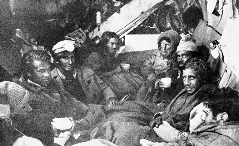 22 декабря 1972. Спасатели прибыли к последним выжившим после крушения самолета в Андах