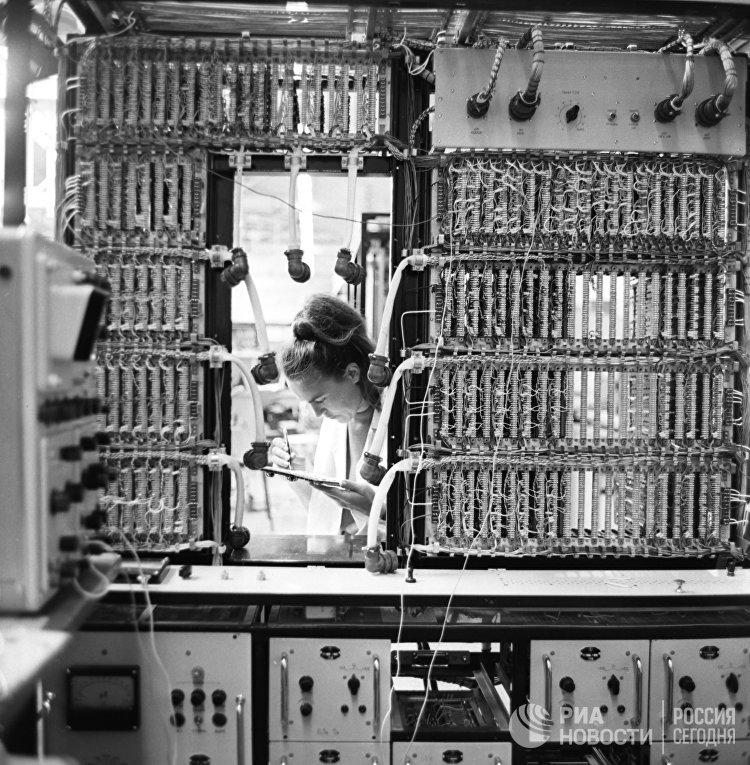 """Электронно-вычислительная машины """"Днепр-2"""""""