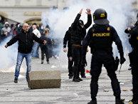 Демонстранты во время столкновений с полицией в Праге