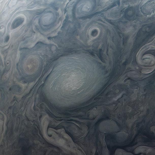 Одна из бесчисленных обычных для Юпитера яростных бурь