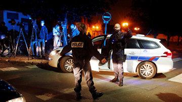 Сотрудники полиции охраняют место нападения в пригороде Парижа, Франция