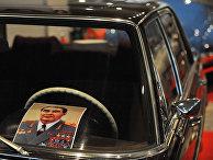 Портрет Леонида Брежнева сидит на приборной доске его Mercedes-500