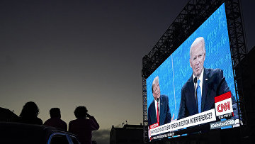 Трансляция дебатов Джо Байдена и Дональда Трампа на уличном экране в Сан-Франциско