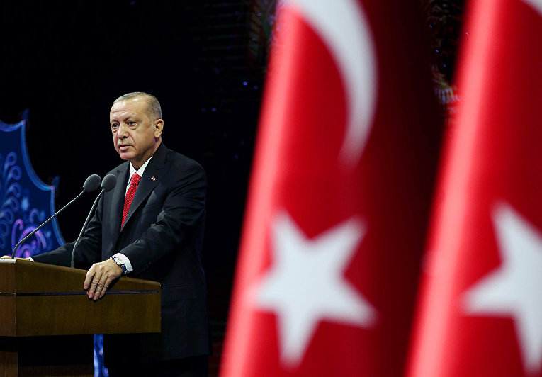 Президент Турции Реджеп Тайип Эрдоган выступает с речью в Анкаре