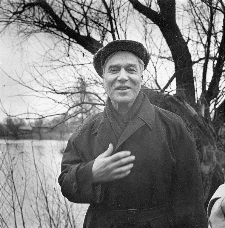 23 октября 1958. Лауреат Нобелевской премии по литературе Борис Пастернак у дома в Подмосковье