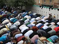 Мусульмане совершают намаз у Большой мечети в Париже, Франция