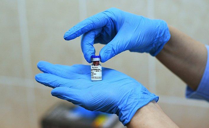 """Медицинская сестра держит в руках вакцину """"Гам-Ковид-Вак"""""""