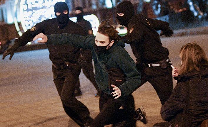 Сотрудники правоохранительных органов Белоруссии задерживают участника несанкционированной акции оппозиции в Минске