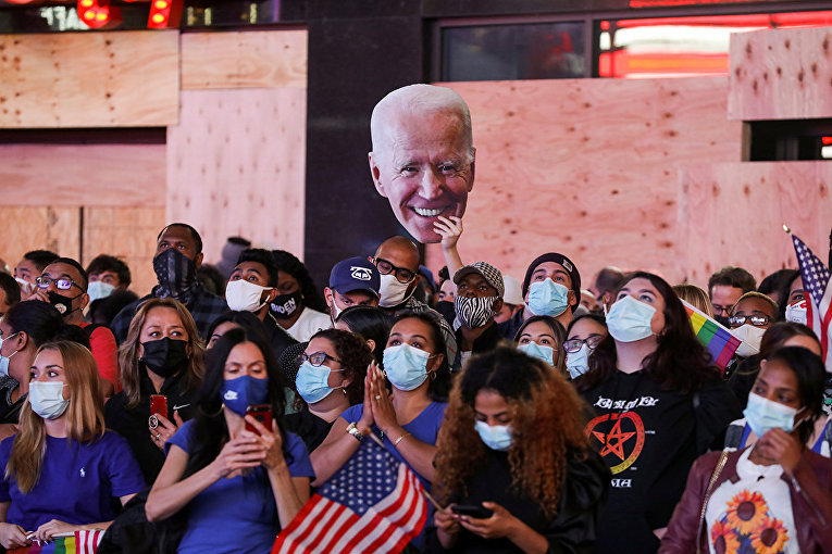 Сторонники Джо Байдена на Таймс-сквер в Нью-Йорке