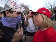 Сторонники Дональда Трампа и сторонники Джозефа Байдена, победившего на президентских выборах в США 2020 года, противостоят друг друг перед особняком губернатора в Сент-Поле штата Миннесоты