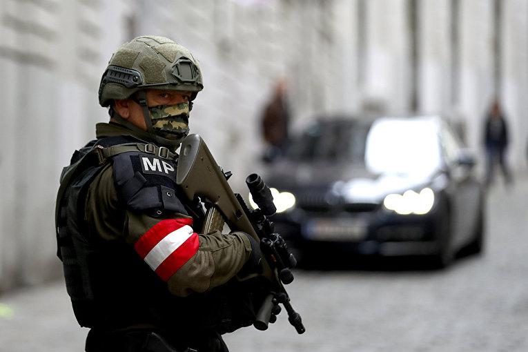 Военный на улице в Вене, Австрия