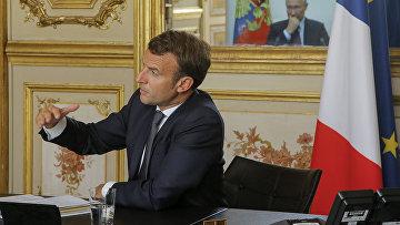 Президент Франции Эммануэль Макрон во время видеоконференции с президентом России Владимиром Путиным