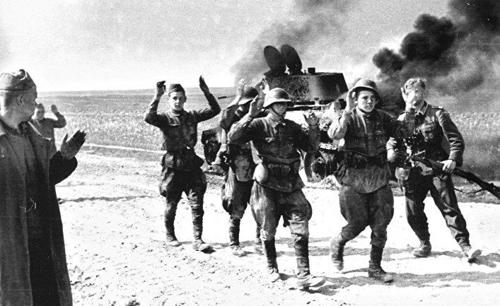 Пленные красноармецы у горящего танка БТ-7