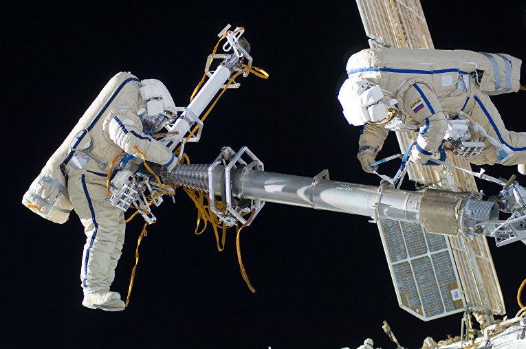 Космонавты во время ремонта МКС