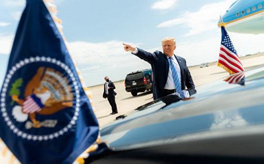President Donald J. Trump waves