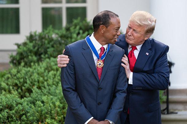 Президент США Дональд Трамп вручает Президентская медаль Свободы Тайгеру Вудсу в Розовом саду Белого дома