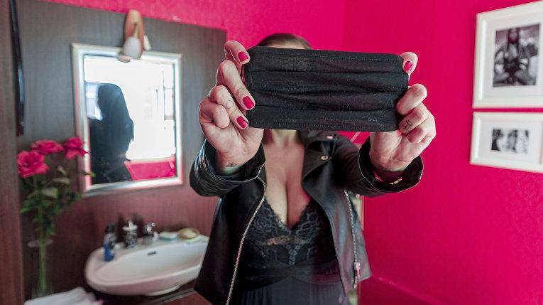 Проститутка надевает маску в период пандемии коронавируса